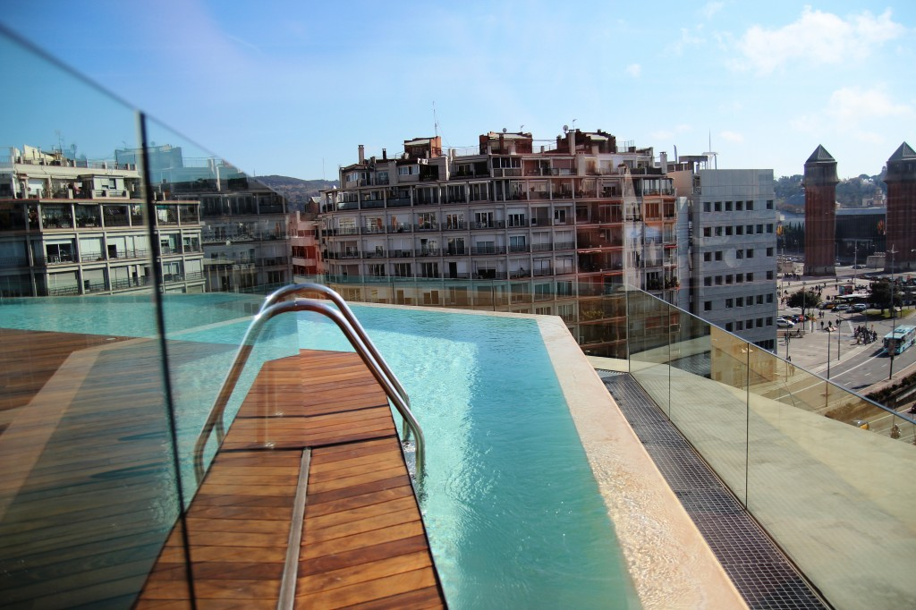 b hotel piscine vue panoramique sur le toit de barcelone. Black Bedroom Furniture Sets. Home Design Ideas
