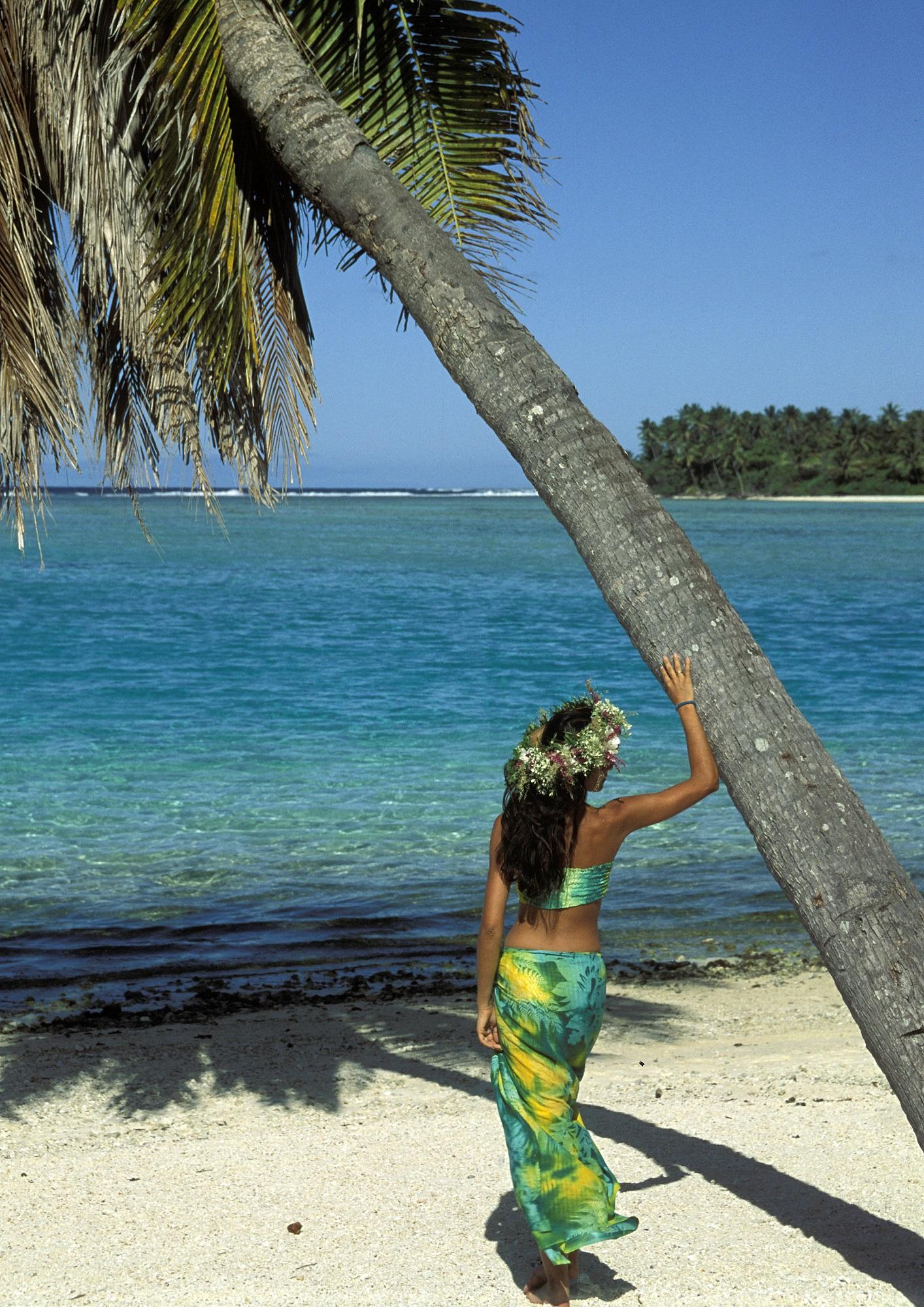 Vahine et paysage polynésien ©Lam Nguyen